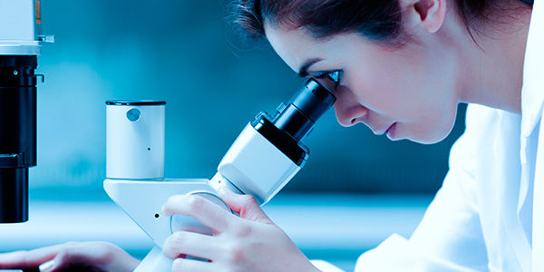El Servicio de Anatomía Patológica del Instituto Oncológico FALP realiza biopsias intraoperatorias y diferidas, y técnicas complementarias de inmunohistoquímica, permitiendo un diagnóstico confiable del cáncer.